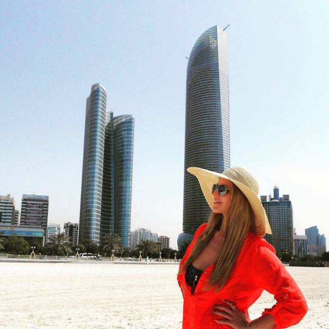 girl-with-a-hat-at-the-corniche-beach